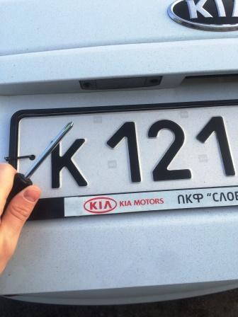 Для замены лампы подсветки номера на Kia Ceed ED потребуется крестовая отвертка