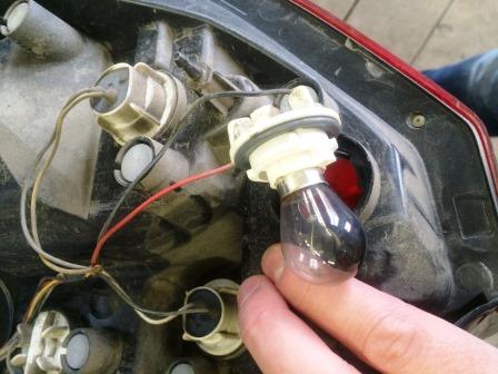 Выкручиваем цоколь и достаем лампу Chevrolet Aveo T250
