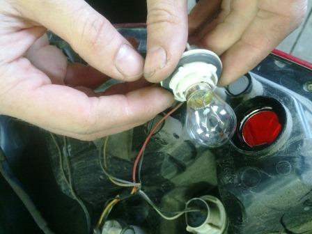 Вставляем новую лампу стоп сигнала на Chevrolet Aveo T250