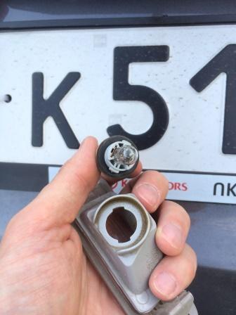 Выкручиваем лампу из плафона Kia Rio 3