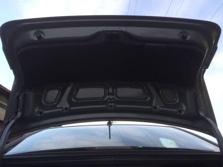 С внутренней стороны багажника видим пистоны Kia Rio 3