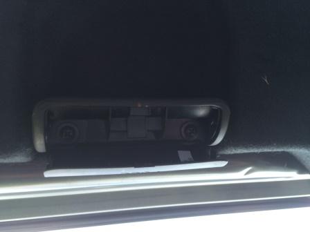 Поддеваем край и открываем ручку багажника Kia Rio 3