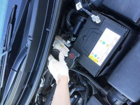 Открываем крышку бочка с тормозной жидкостью Kia Rio 3
