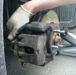 Снятие и замена передних тормозных колодок Kia Rio 3