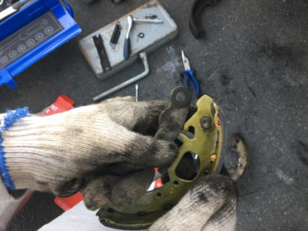 Снимаем механизм ручного тормоза Лада Гранта