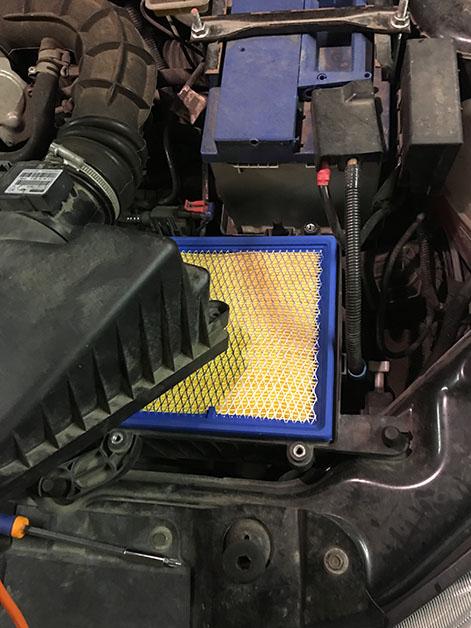 Вставляем новый воздушный фильтр Лада Гранта