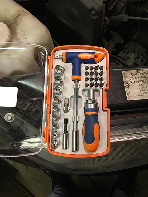 Инструмент необходимый для замены салонного фильтра на Лада Гранта