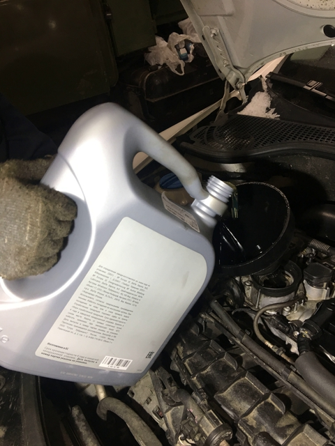 Заливаем новое масло в двигатель Skoda Octavia Scout II