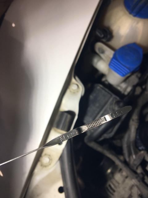 Проверяем уровень масла в двигателе Skoda Octavia Scout II