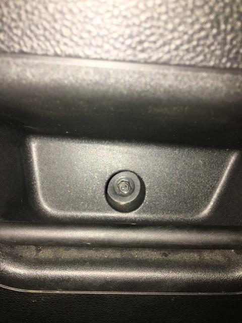 Откручиваем болты крепления карты Opel Astra J