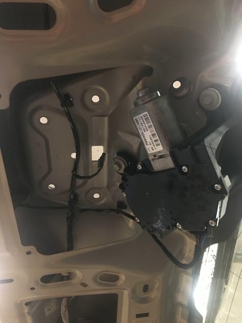 Открученная панель с кнопкой Opel Astra J