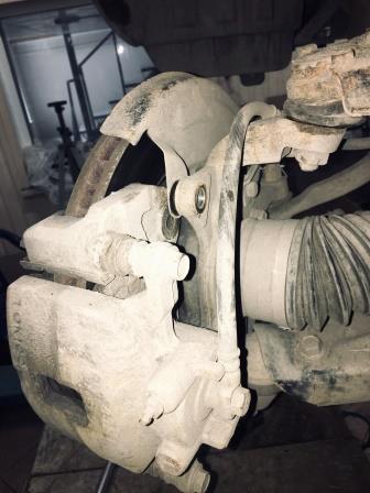 2 болта с обратной стороны суппорта Mitsubishi L200
