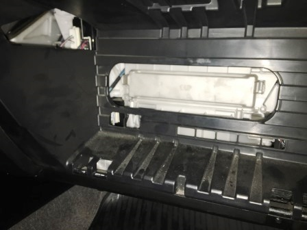 Снимаем крышку салонного фильтра