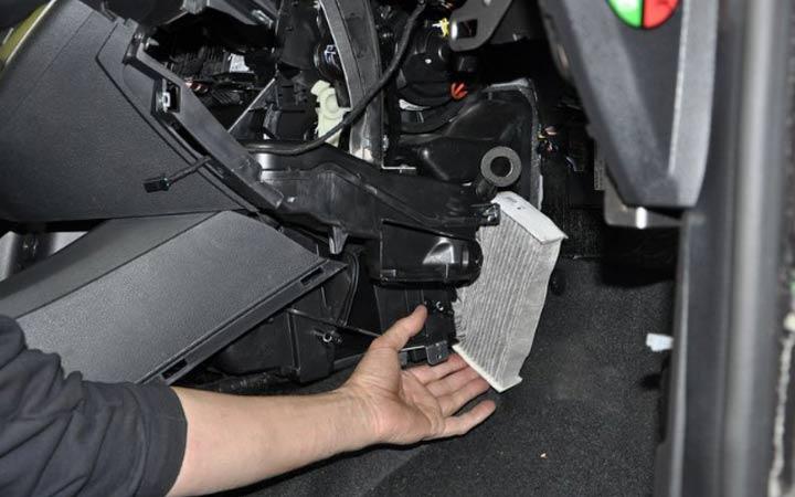 Поэтапная инструкция как заменить салонный фильтр в Лада Веста своими руками