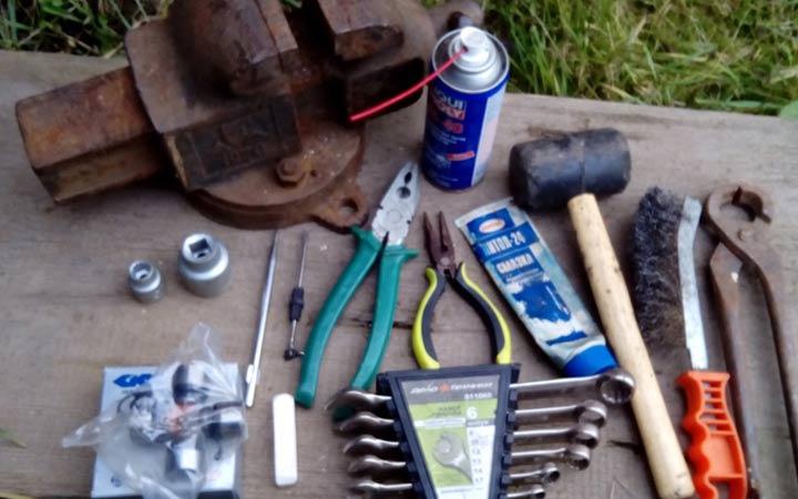 Какие инструменты необходимы для замены крестовины карданного вала на ВАЗ 2107