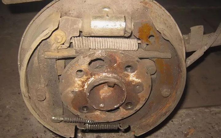 Как выполнить замену задних тормозных колодок на ВАЗ 2113, 2114, 2115