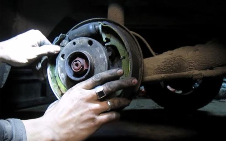 Пошаговая инструкция (фото и видео) замены задних тормозных колодок ВАЗ 2113, 2114, 2115