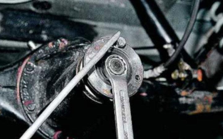 Как заменить сальник редуктора на заднем мосту ВАЗ 2107 своими руками