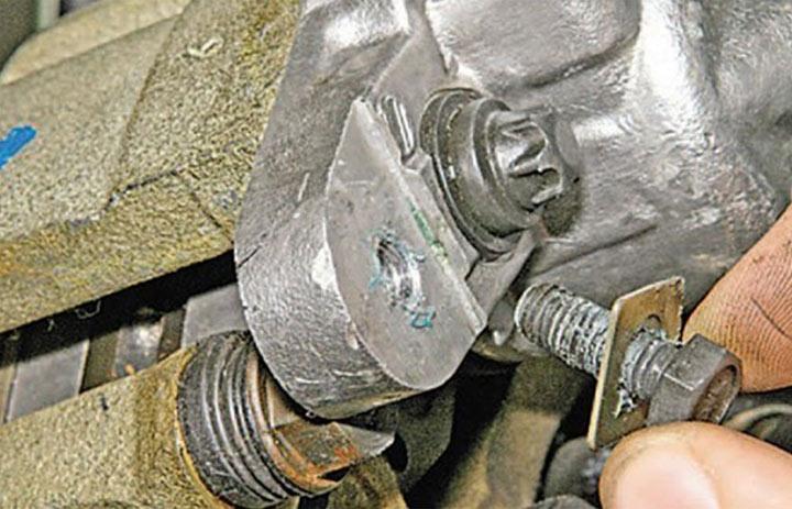 Фото и видео инструкция по замене тормозных колодок на передних колесах Лада Гранта