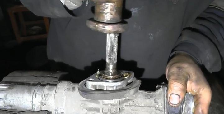 Установка вала рулевой рейки ВАЗ 2110