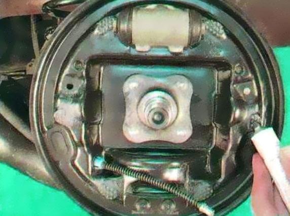 Замена задних тормозных колодок Renault Logan пошагово с фото и объяснениями