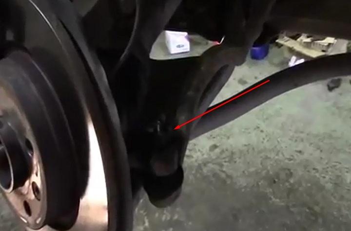 Снятие рулевого наконечника Рено Логан