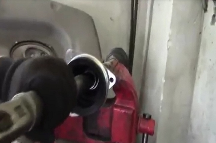Установка внутреннего пыльника левого привода Рено Логан своими руками