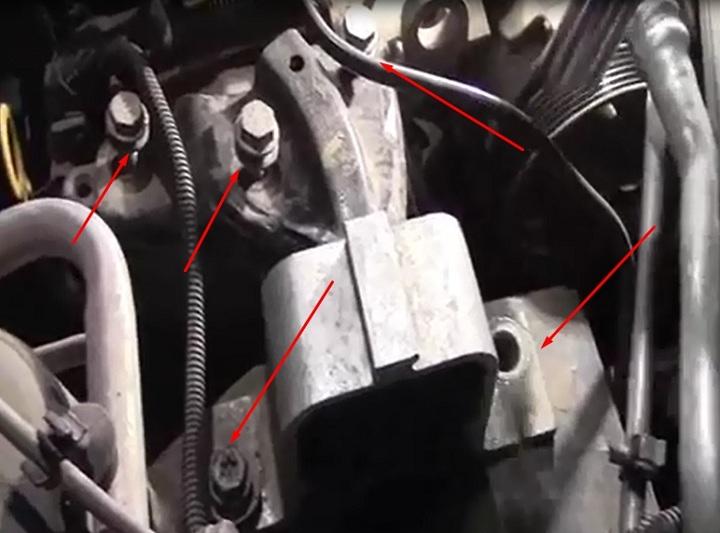Снятие правой подушки двигателя Рено Логан