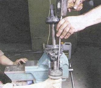 Далее выбиваем наружный ШРУС с привода.  Делаем это так же как и со внутренним ШРУСом.  С помощью молотка и колодки.