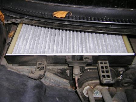 Вставляем новый салонный фильтр Audi A4 B6