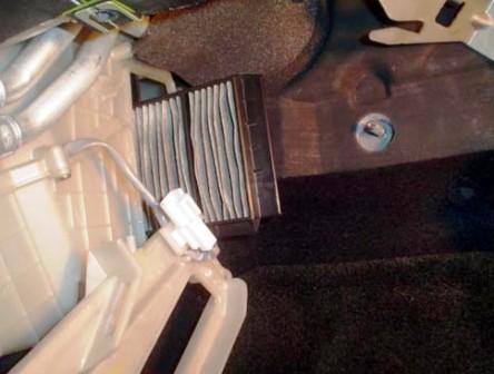 Снимаем старые салонные фильтры Mazda 3