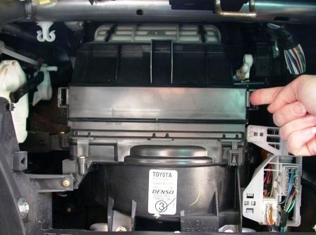Снимаем крепление салонного фильтра Toyota Camry V