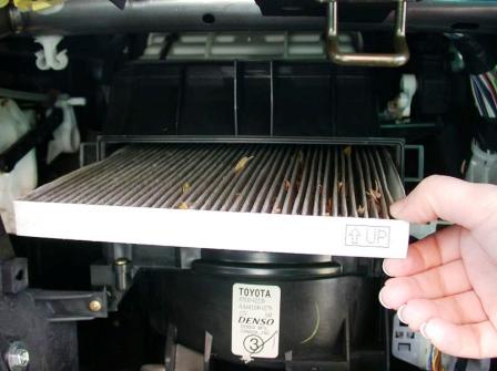 Вытаскиваем старый салонный фильтр Toyota Camry V