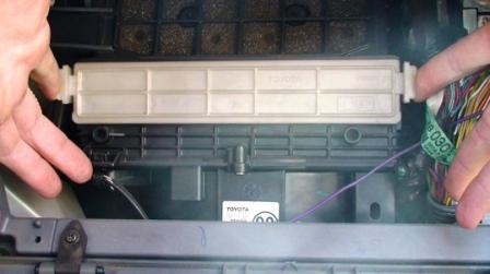 Снимаем крышку салонного фильтра Toyota Rav4 II