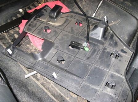 Снимаем пластиковую защиту под бардачком Honda Civic 5D