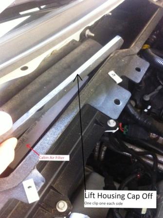 Открываем 2 защелки крышки салонного фильтра Cadillac CTS