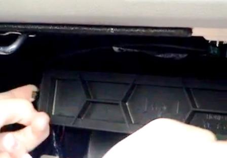 Открываем крышку салонного фильтра Honda Accord VII