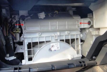 Снимаем крышку салонного фильтра Toyota Prius