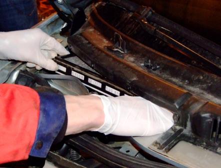 Вытаскиваем салонный фильтр Volkswagen Golf IV