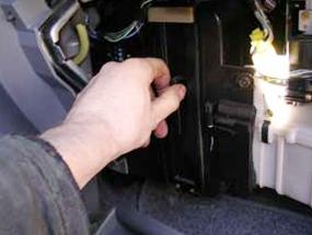 Снимаем крышку салонного фильтра Honda CRV II