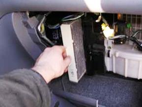 Вытаскиваем старый салонный фильтр Honda CRV II
