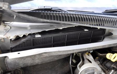 Закрываем крышку салонного фильтра Jeep Grand Cherokee II