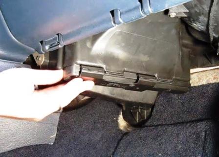 Сдвигаем крышку салонного фильтра Dodge Caravan IV