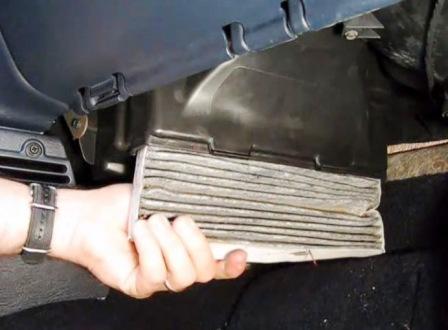 Вытаскиваем старый салонный фильтр Dodge Caravan IV