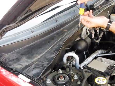 Снимаем пистоны на панели Ford Escape