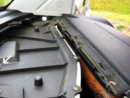 Откручиваем крышку салонного фильтра Volkswagen New Beetle