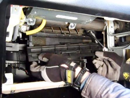 Открываем крышку салонного фильтра Hyundai Tiburon II