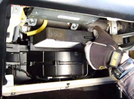 Вытаскиваем салонный фильтр Hyundai Tiburon II