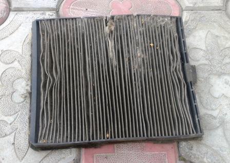 Вытаскиваем старый салонный фильтр Лада Калина