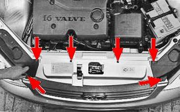 Откручиваем верхнюю часть переднего бампера Lada Priora